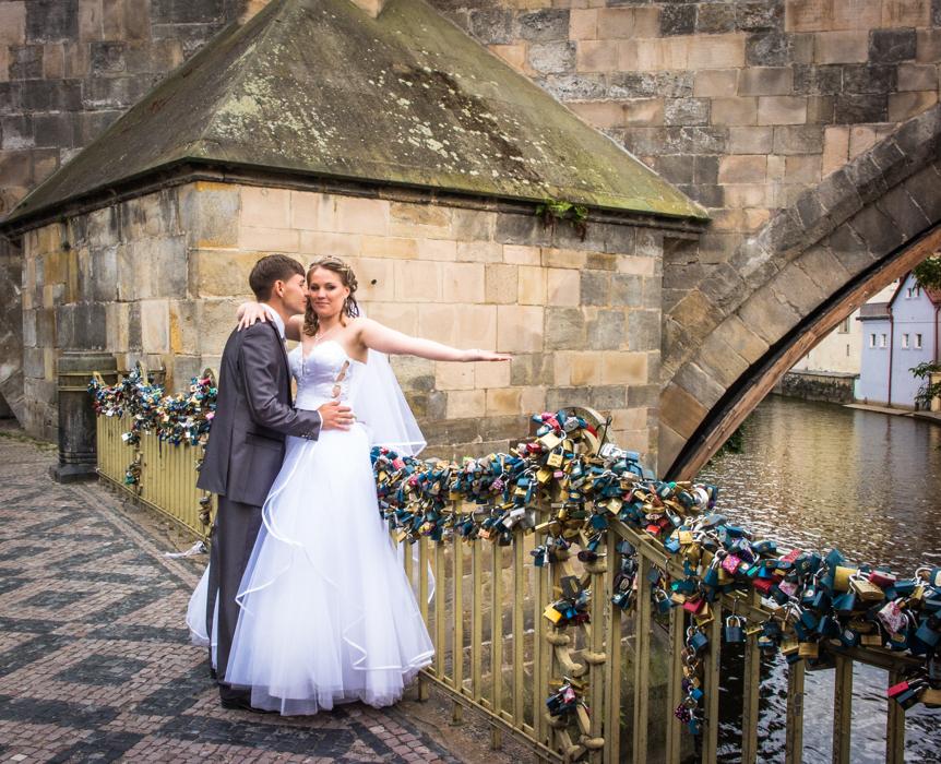 love-bridge-bride-prague