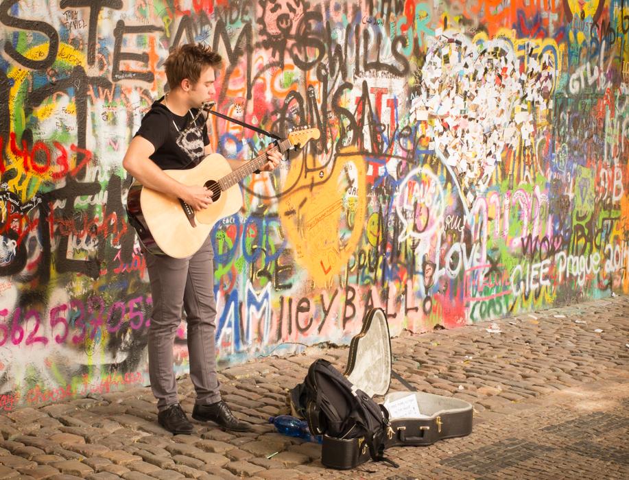 Lennon-wall-musician-prague