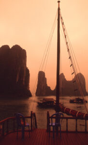 Karsts-sunset-shipboard-Ha Long Bay