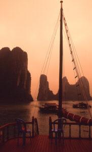 Karsts-sunset-shipboard-Ha Long Bay